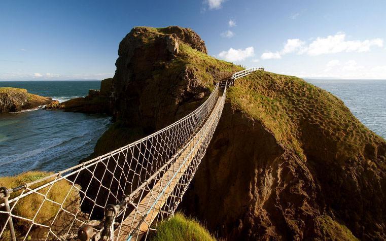 یک پل طناب در سواحل ایرلند شمالی